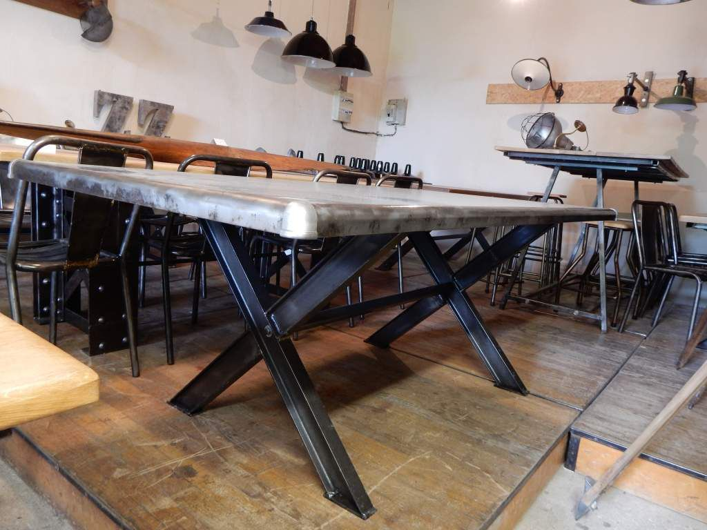 Table industrielle m tal pieds en croix geonancy for Plateau cuisine design