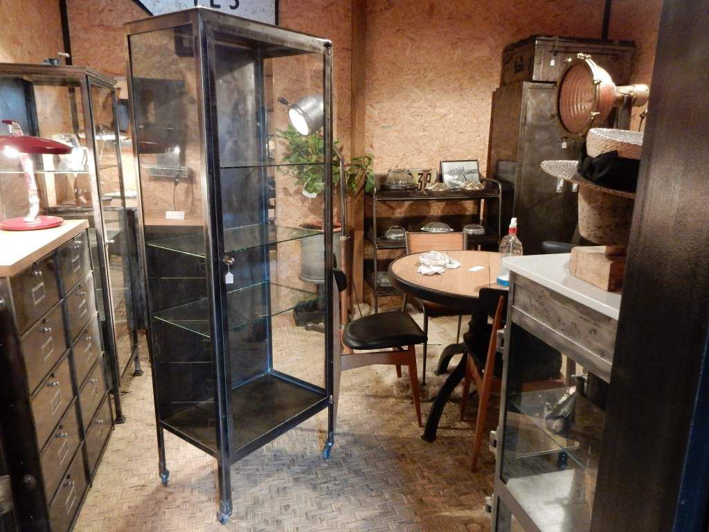 ancienne vitrine m dicale roulettes bord arrondis poign e laiton geonancy design. Black Bedroom Furniture Sets. Home Design Ideas