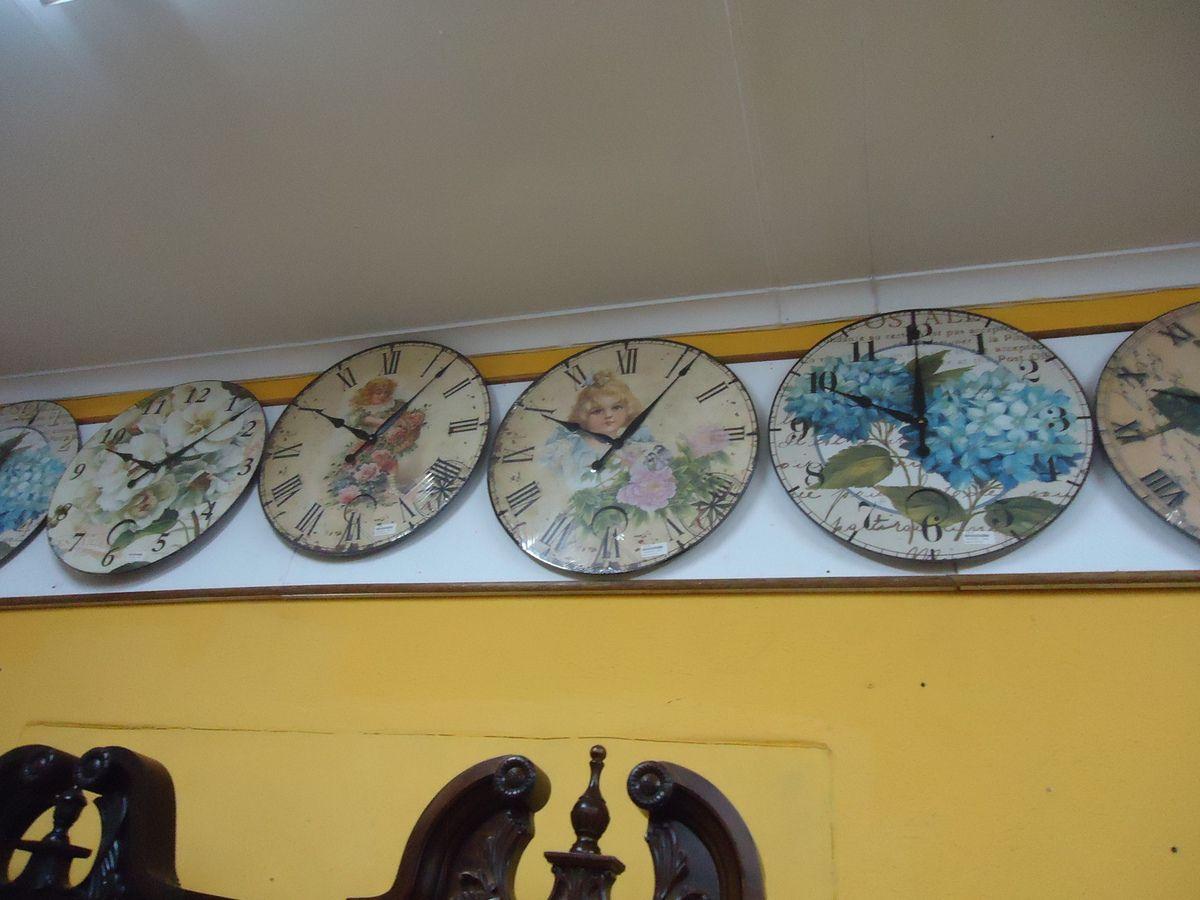 Un petit arrêt dans un magasin assez particulier :des horloges ....encore des horloges !