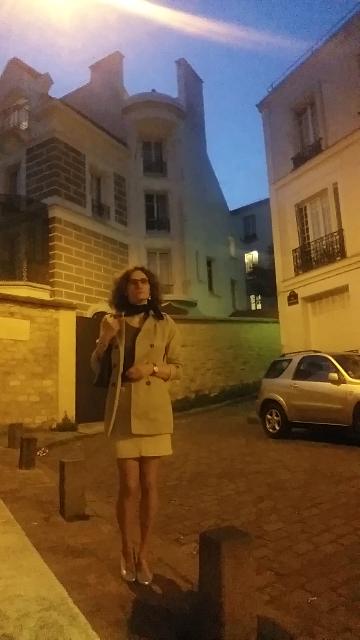 Karine devant chez Dalida
