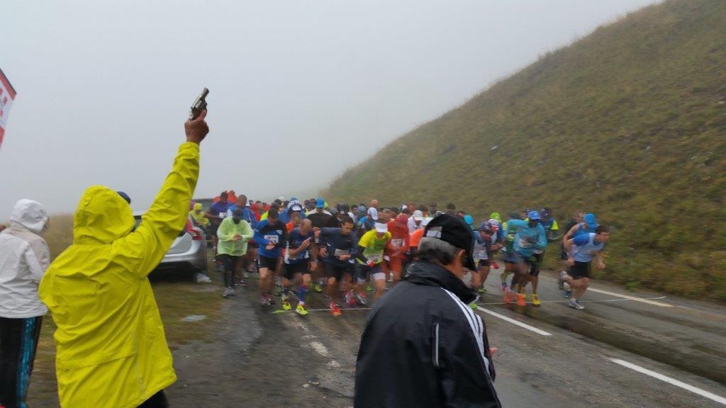 depart de la course dans le brouillard