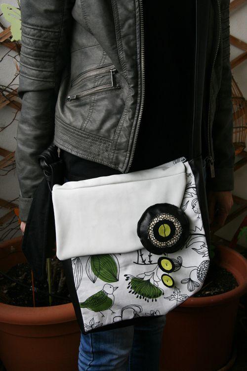 Nouveaux formats ! toujours mélange de cuir et tissus, une bandoulière ajustable, une pression aimantée (c'est tellement pratique !) et quatre grandes poches à l'intérieur. Imprimés rigolos sur le thème des oiseaux, papillons ou poupées chinoises !