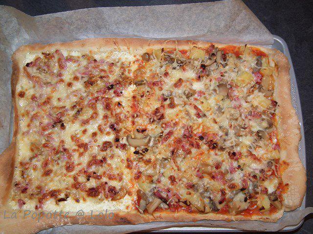 j'ai fais une double pizza, avec pour un côté une base tomate avec champignons lardons et gruyère ! et pour la seconde partie, j'ai fait une base crème avec oignons, lardons et mozzarella !