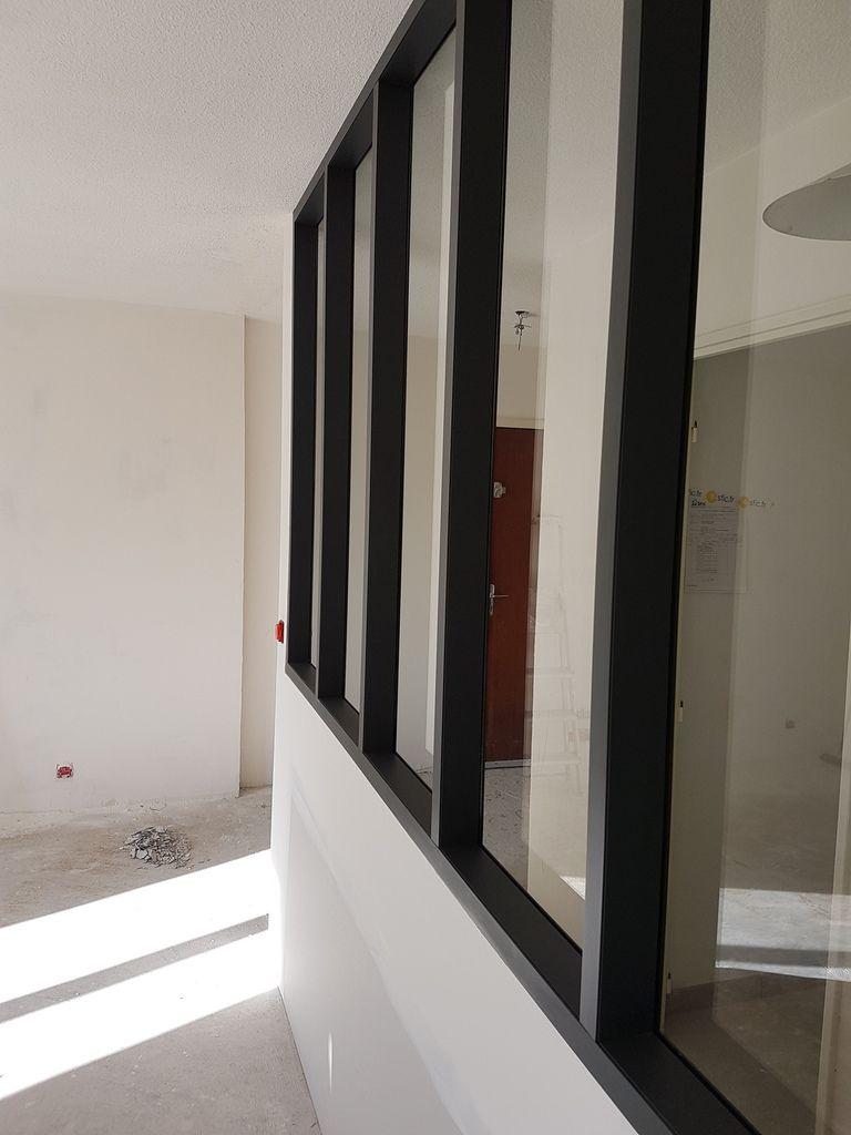 verrière aluminium réalisé sur place sur mesure plusieurs coloris disponible !choix du verre et soubassement ,possibilité d'intégrer également une porte