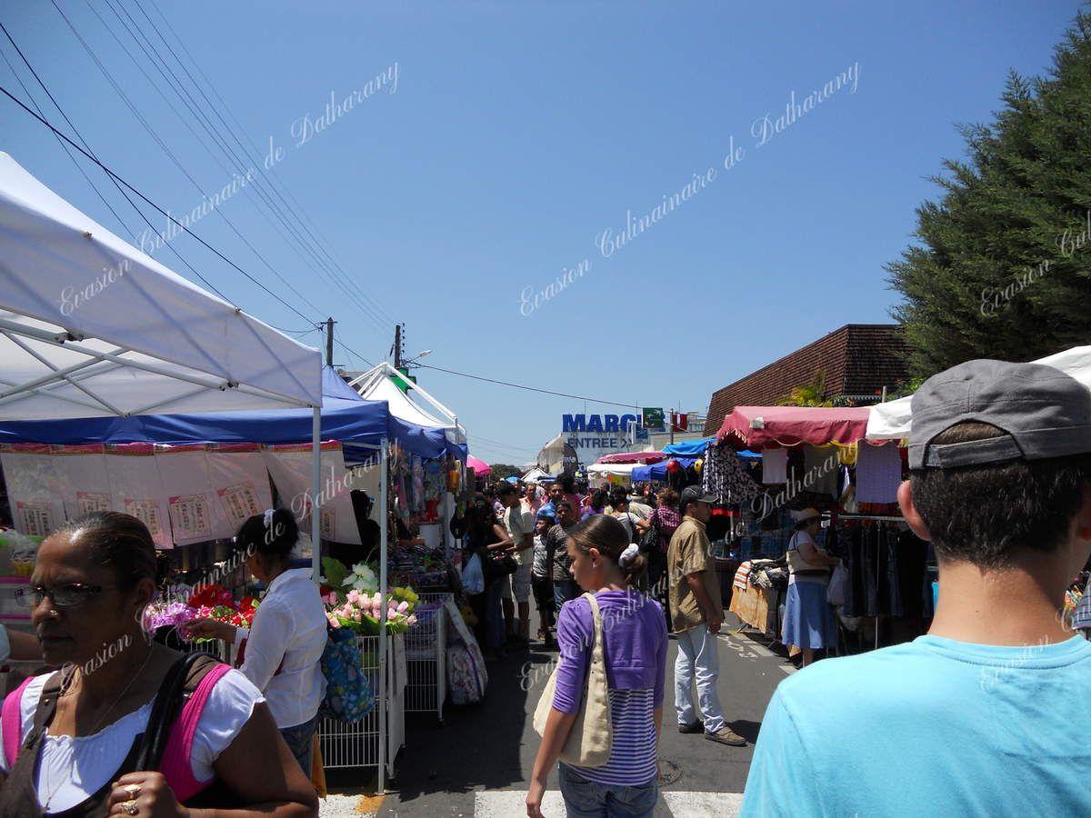 Le centre-ville (rue Hubert Delisle) se transforme en braderie commerciale.
