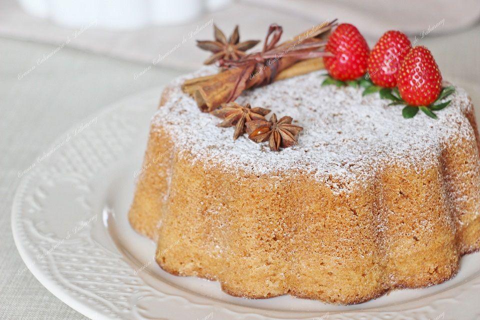 """(Ci-dessus : Gâteau de Noël aux Epices décoré de bâtons de cannelle, d'anis étoilés et de fraises """"plein champ"""" de l'Île de la Réunion.)"""