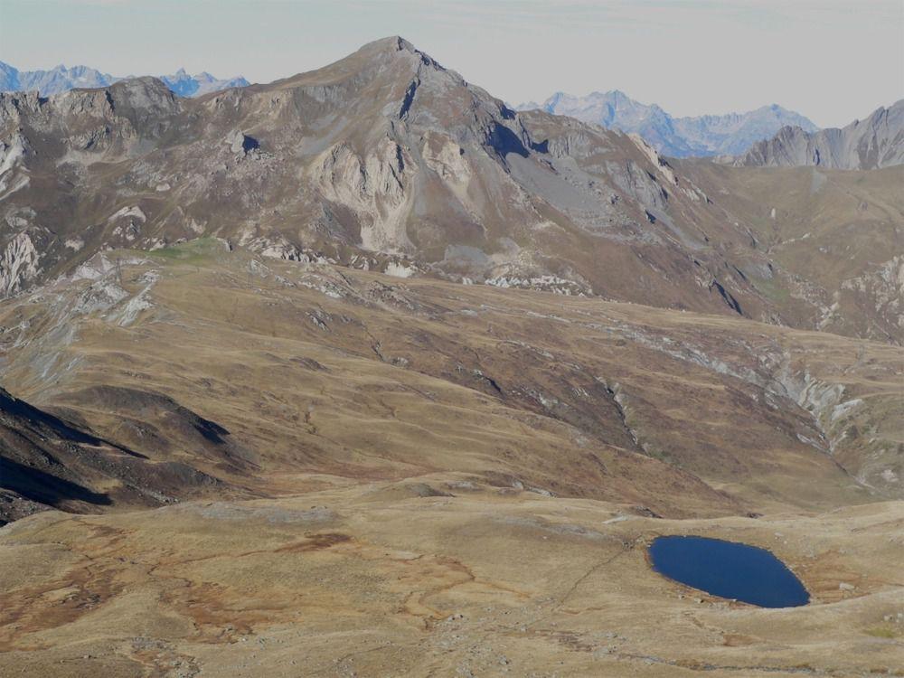 Vue sur le Grand Perron des Encombres et le lac de la Montagnette