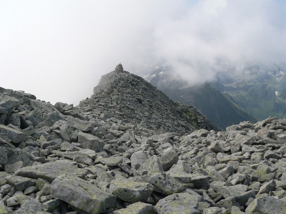Le pierrier entre l'antécime et le sommet