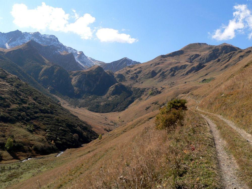 Vue avant sur le vallon de la Platière avec la pointe du Mont du Fût 2824