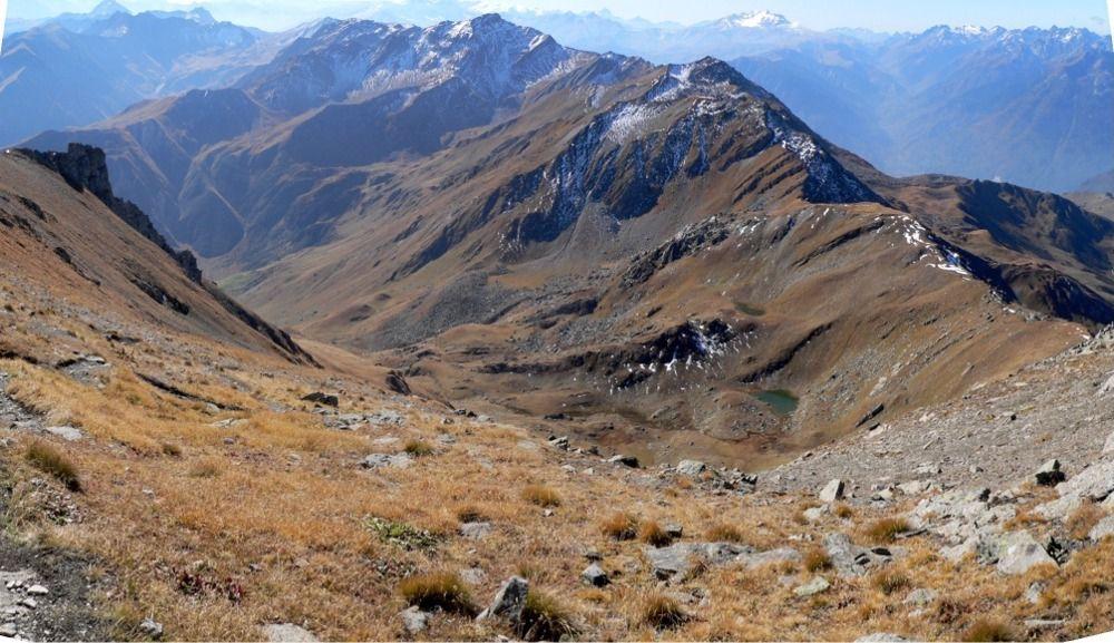 Vue générale sur la combe de montée, les lacs et la pointe du Mont du Fût
