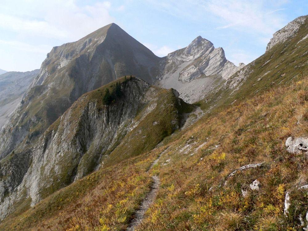 Du 1er verrou vue sur le sentier balcon menant au Mont de la Coche au fond