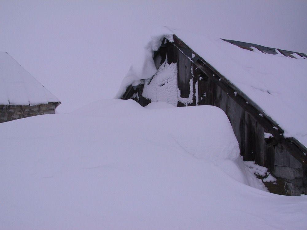 Les chalets du col sous la neige