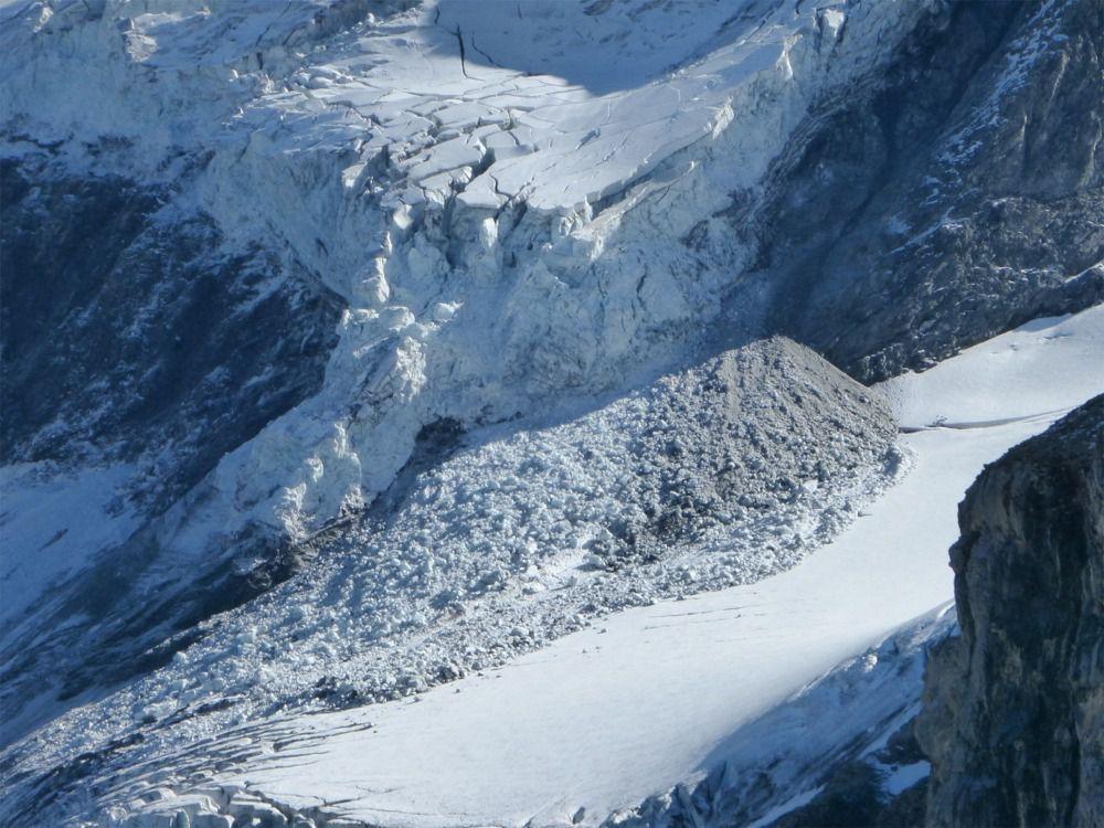 Chute de sérac sur le glacier de Prémou