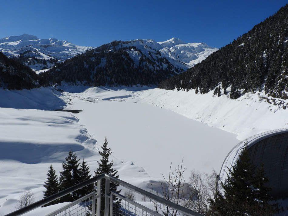 Le lac St Guérin avec vue sur le col de la Louze