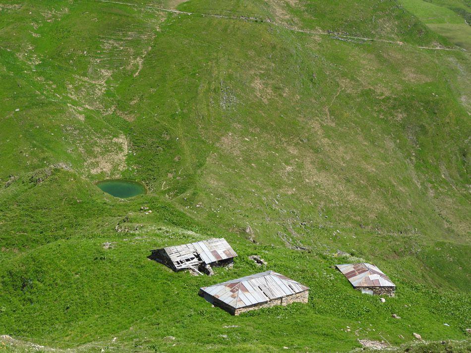 Les chalets de Sarpentant et le lac du Sécheron