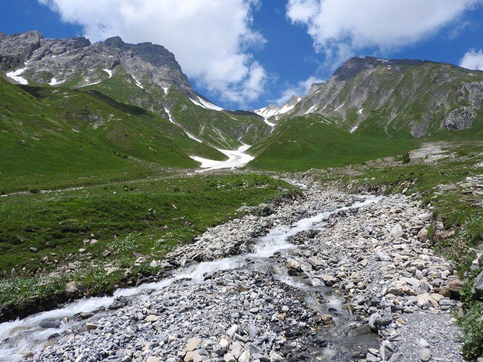 Au départ le ruisseau du Nant Blanc et la moraine