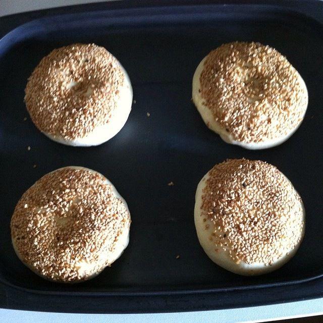 PHOTO 2==> Boules après la pousse, recouvertes de jaune d'oeuf+lait puis de graines sésame