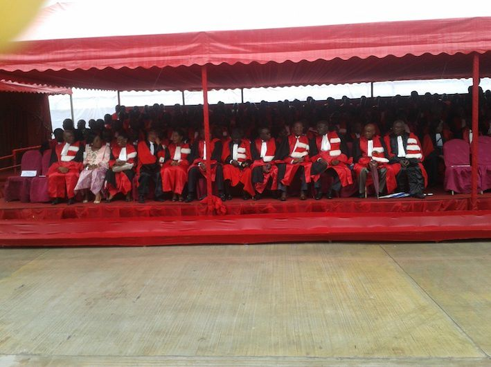 Magistralement vêtus, les enseignants reçoivent le nouvel amphi