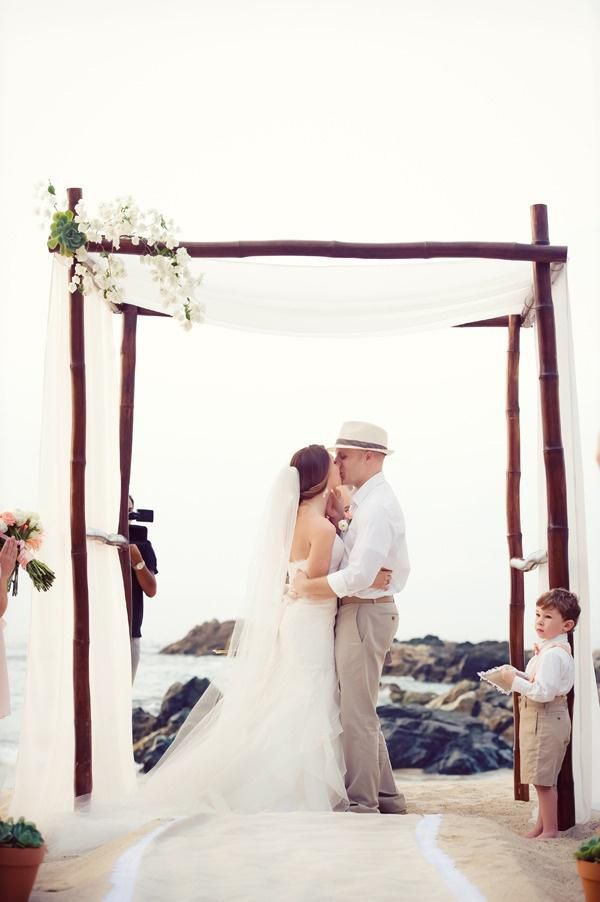 http://de.weddbook.com/entry/1958905/chic-beach-wedding-ceremony-ideas
