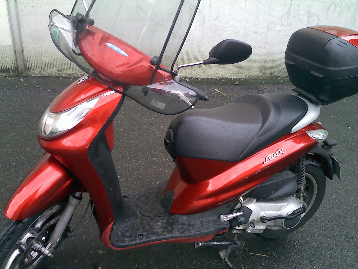 vendu scooter peugeot looxor 125 l rouge 2228 km vide. Black Bedroom Furniture Sets. Home Design Ideas