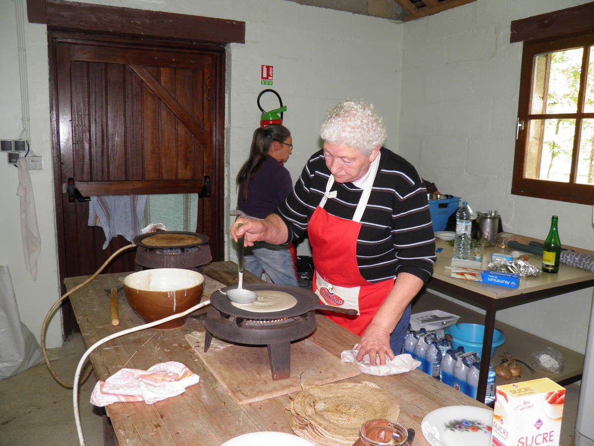Les Amis de Sainte-Anne de Champfrémont et de Multonne proposent de délicieuses galettes de sarrasin. Une originalité dans la préparation de ces galettes : la plaque de cuisson n'est jamais graissée.