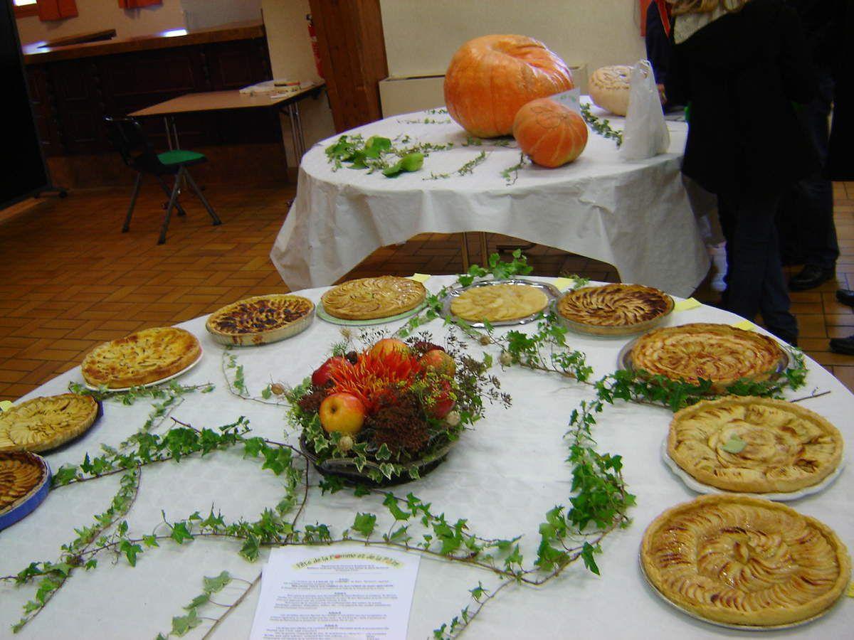 Quelques unes des tartes présentées au concours et la citrouille dont il fallait deviner le poids.