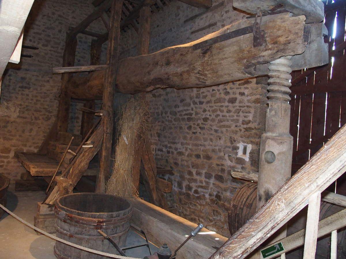 Le pressoir à longue étreinte avec sa vis en bois de houe, bois très dur et très résistant.