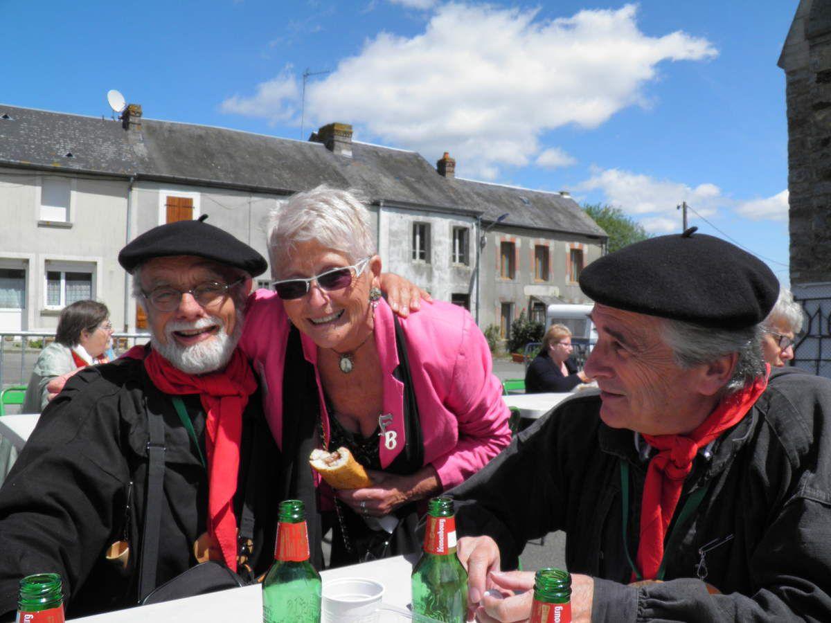 Olivier, Michel et Marie-Jo Bourgouin, présidente de l'Association sauvegarde et mémoire de l'église de Saint-Julien-des-Églantiers.