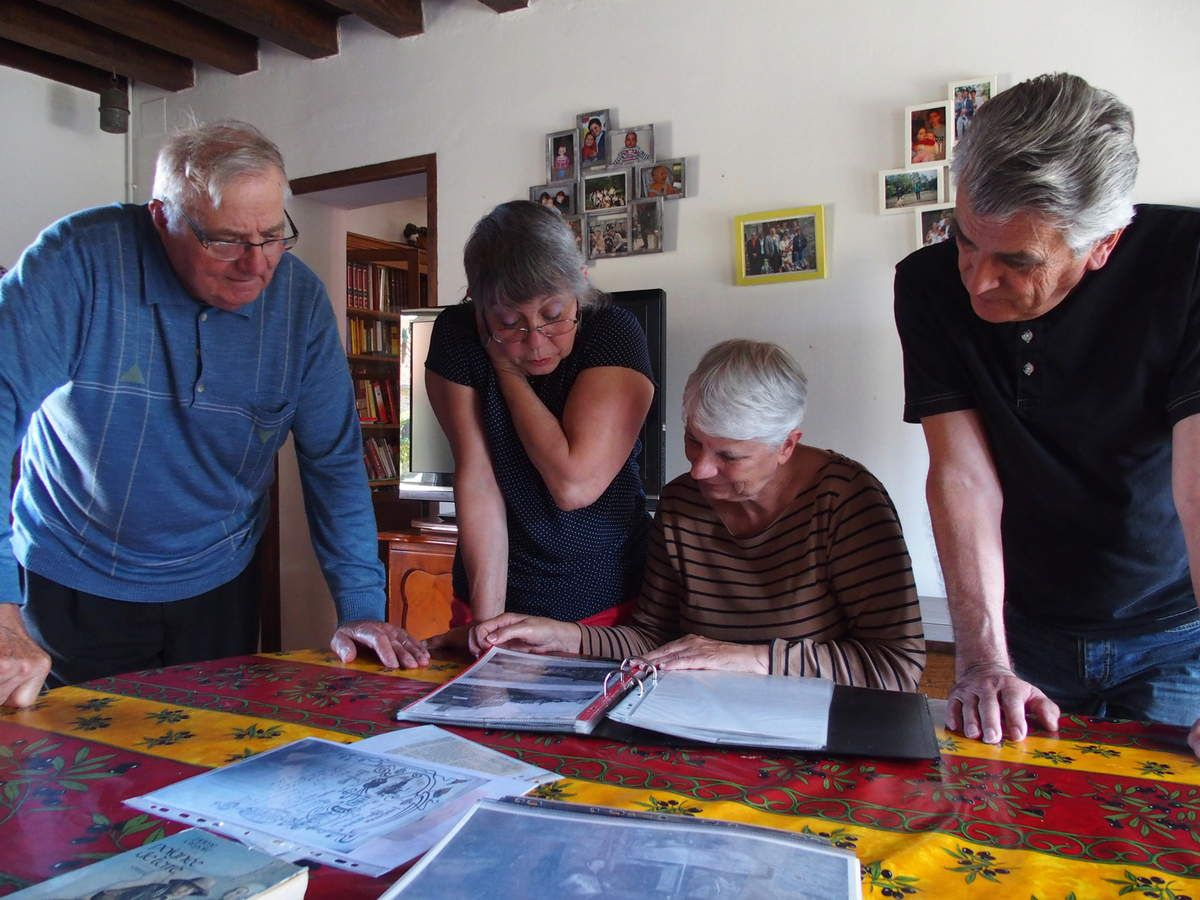 Le 6 aout 2015 quelques Fins Goustiers examinent d'anciens documents, photos et cartes postales avec le Grand Maistre d'honneur, André Hiron.