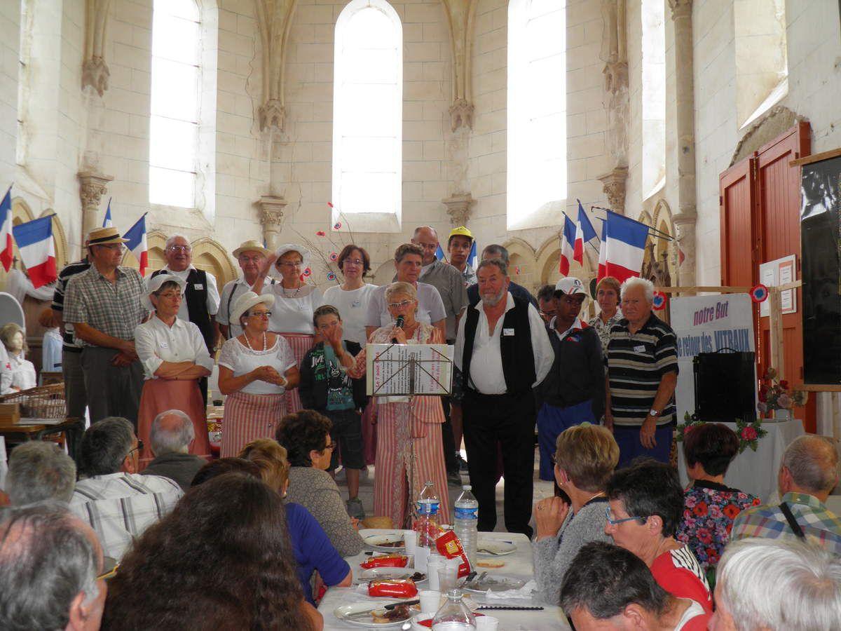 L'équipe des bénévoles de Saint-Julien dans le choeur (dont les vitraux n'ont pas encore retrouvé leur place) autour de Marie Jo et François, les responsables de l'association.