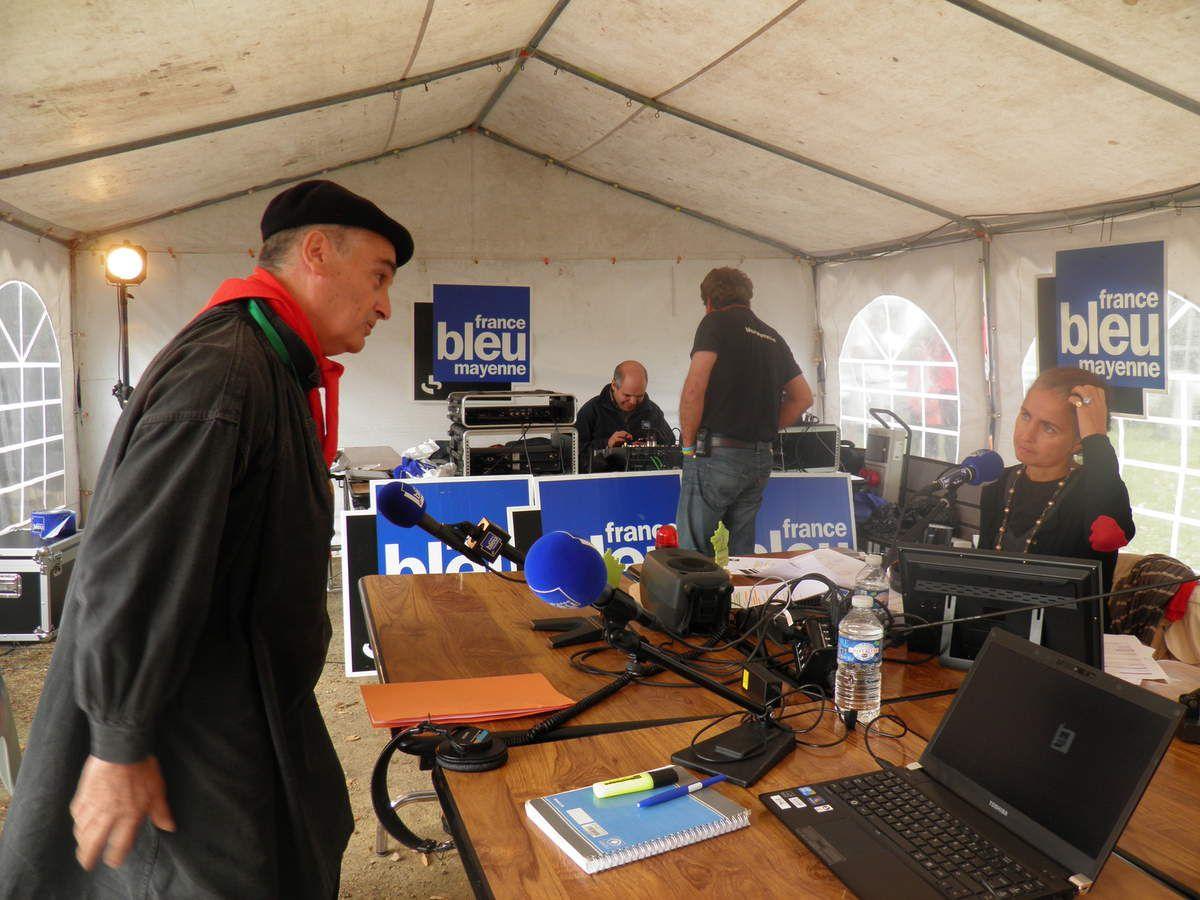 Michel et Florence D'Ambrières sur le stand de Radio Bleu Mayenne.