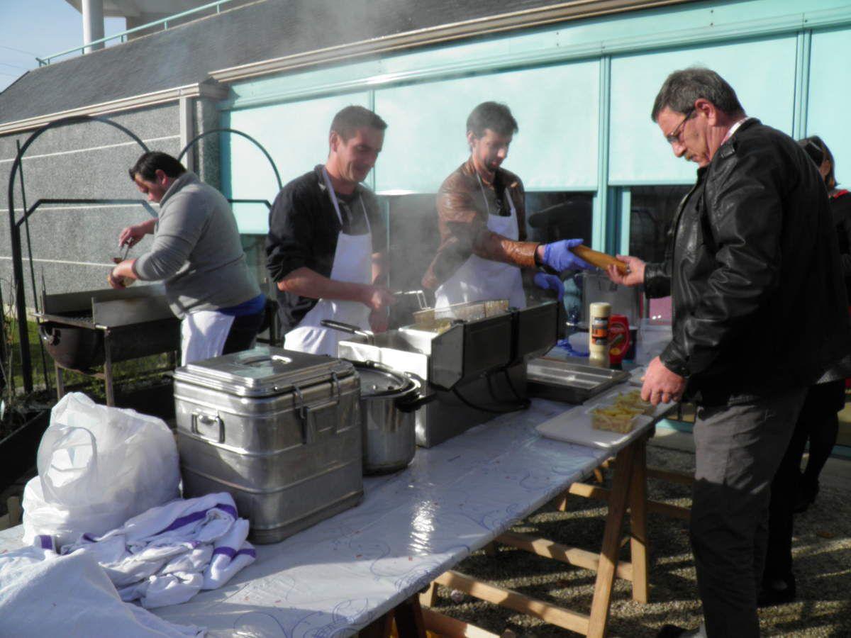 La préparation des frites, des sandwichs et des saucisses.