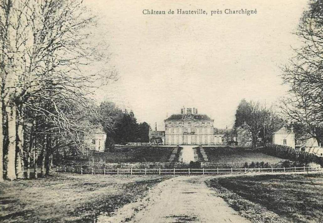 Carte postale ancienne représentant le château de Hauteville près de Charchigné, construit à la fin du 18ème siècle par Pierre Pommeyrot pour Charles du Hardas, seigneur de Linthe. Un grave incendie le détruisit en grande partie en 1922.