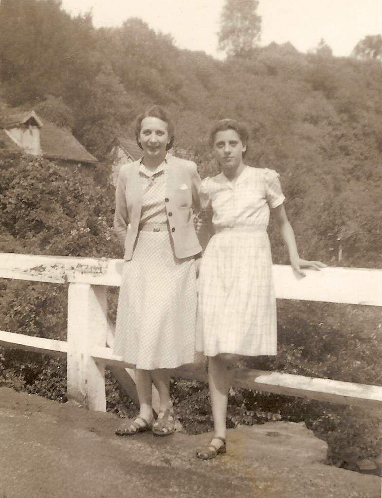 Photo prise en 1943, toujours sur le pont de Saint-Céneri, avec sa balustrade peinte en blanc.