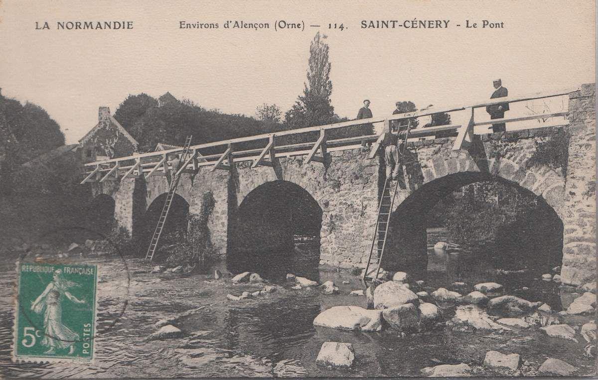 Des ouvriers montés sur des échelles travaillent à la réfection de la balustrade. Sur les anciennes cartes postales du début du 20ème siècle comme celle-ci, le nom du village est parfois orthographié Saint-Cénery, ou Saint-Céneri-le-Géret...