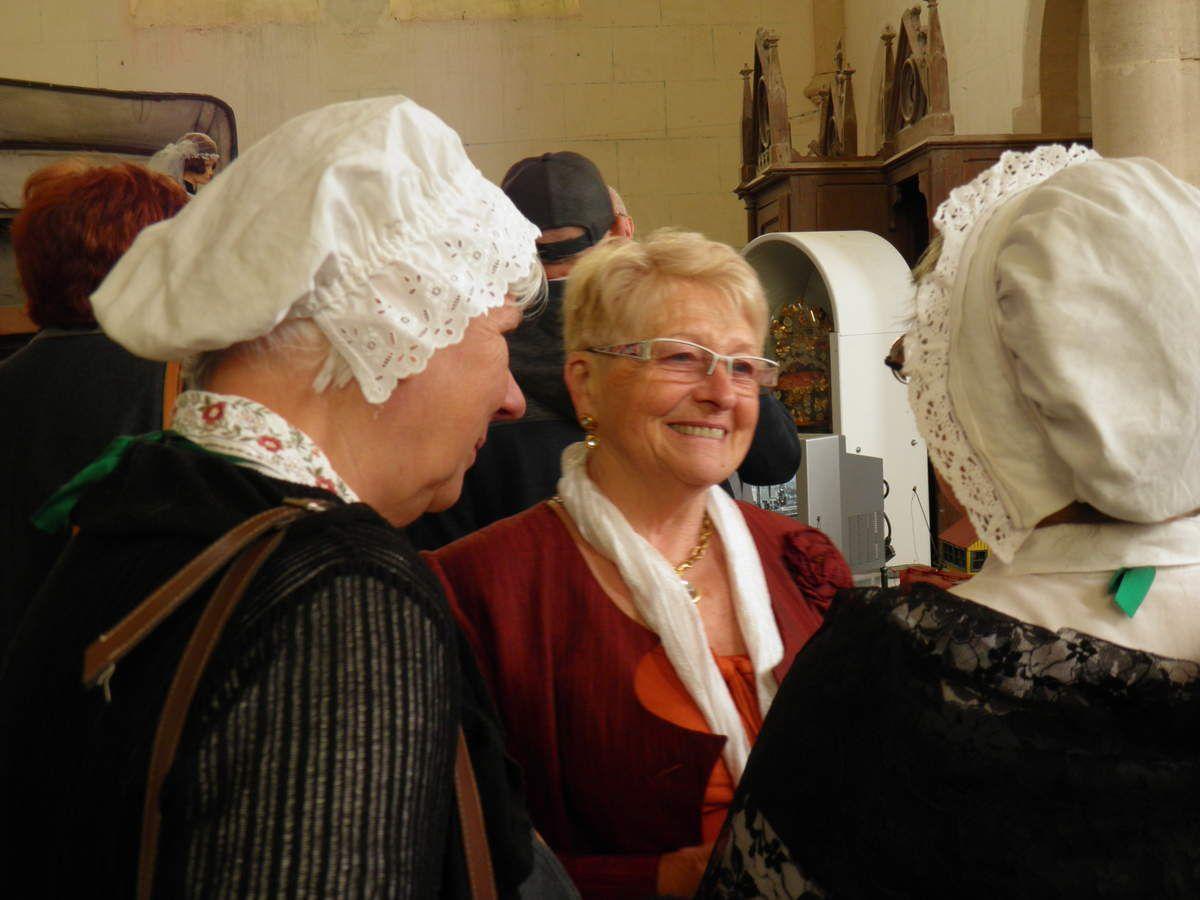 Deux Fines Goustières en discussion avec Marie-Jo, la présidente de l'association de Saint-Julien.