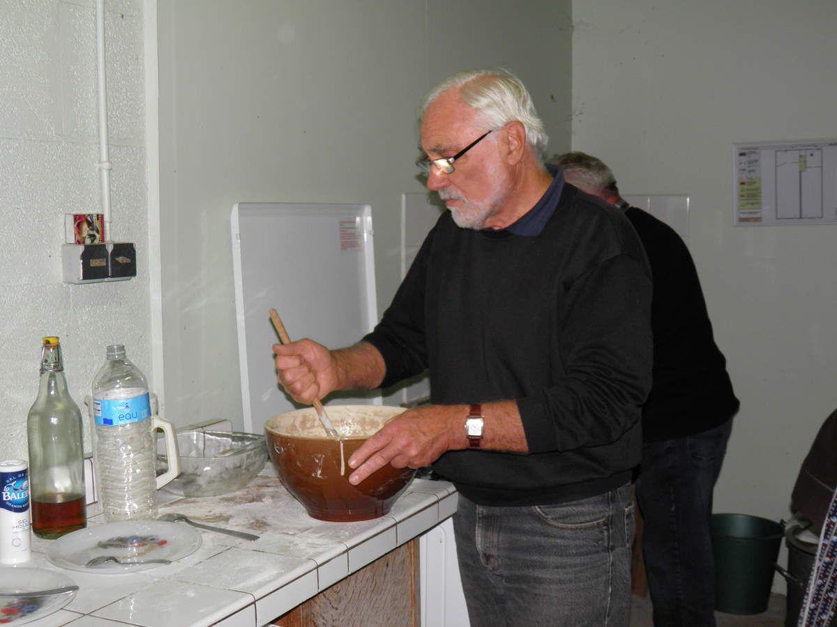 Michel, un Fin Goustier, aide à la préparation de la pâte à galette.
