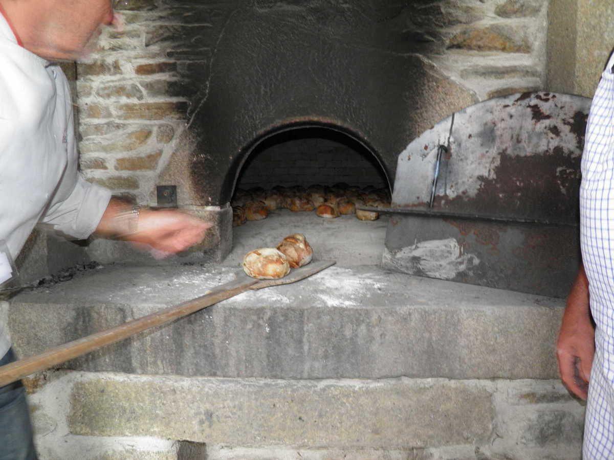 Cuisson du pain dans le four à pain situé près de la salle des sports.