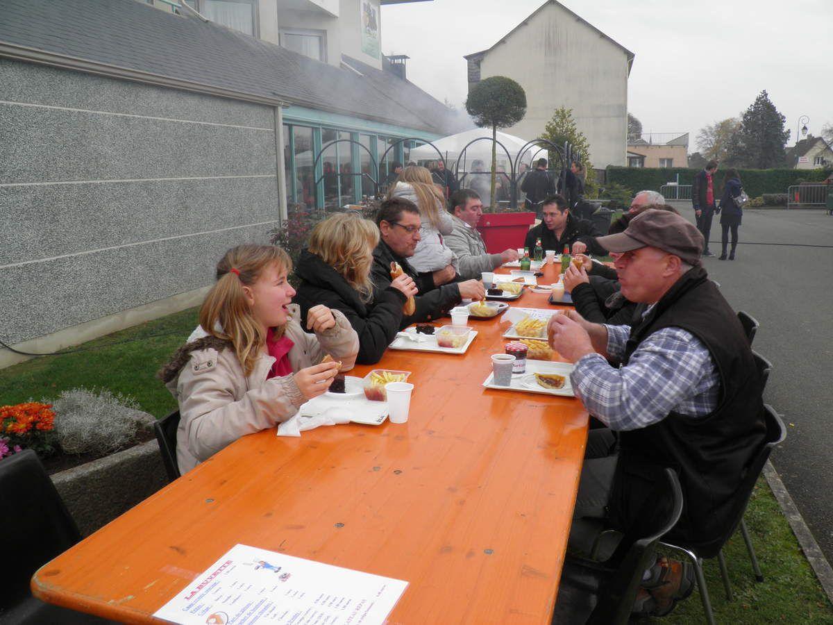 Certains ont eu le courage de s'attabler dehors pour manger malgré la fraicheur.