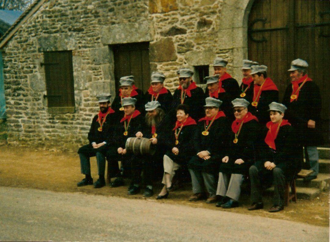Les fondateurs de la Confrérie en 1987 devant la Chapelle Sainte-Anne à Champfrémont.