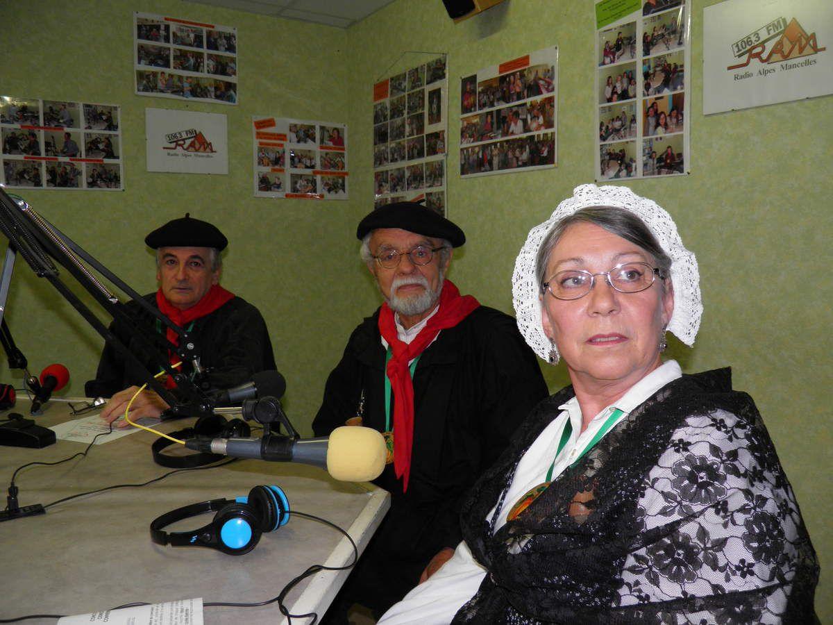 Dans le studio de Radio Alpes Mancelles avant le début de l'émission.
