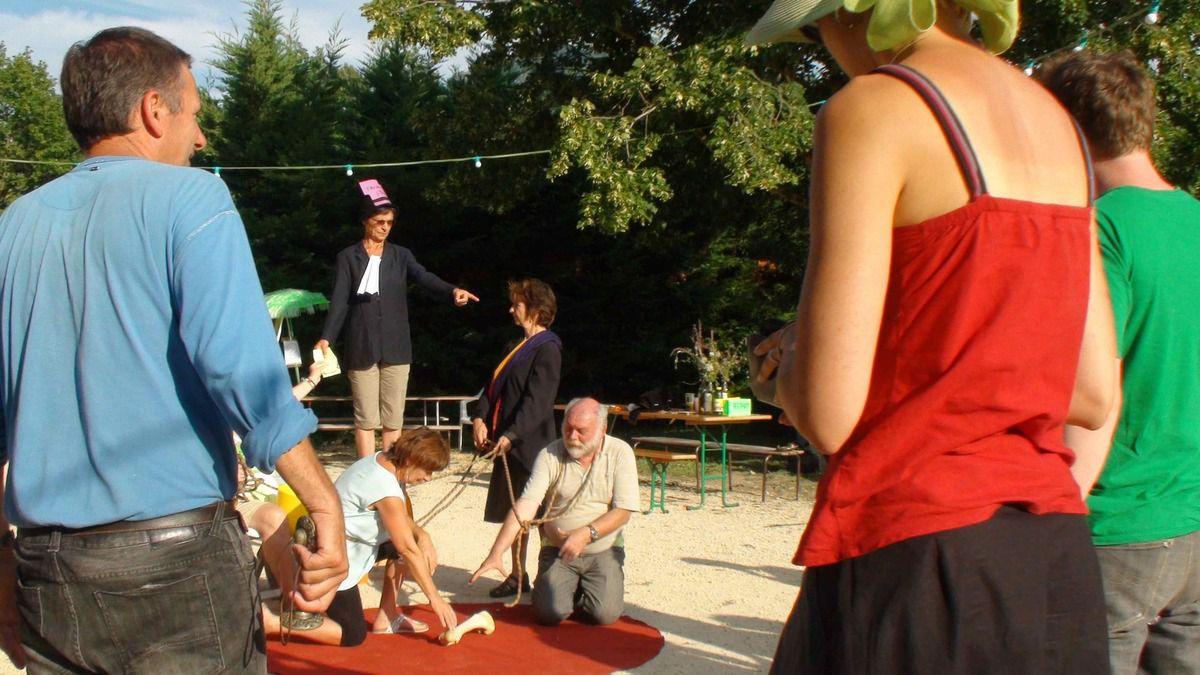 L'image sur l'oppression envers les paysans est présentée en public dans l'alter-village.
