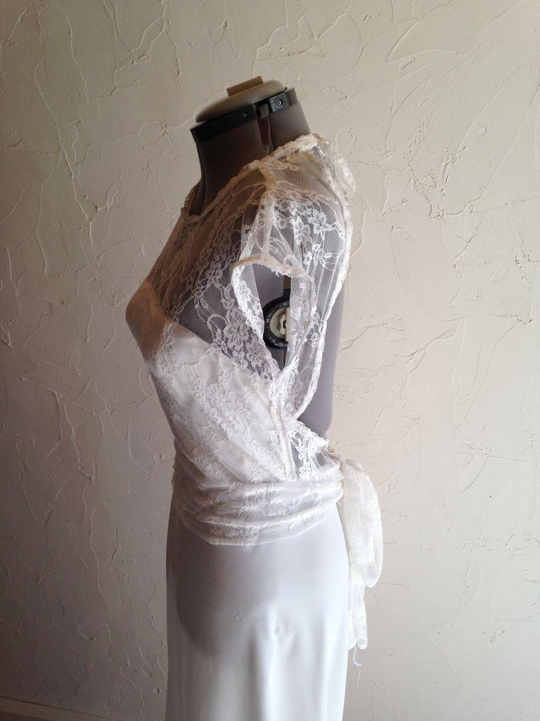 Robe de Mariée en crêpe et dentelle, ruban de dentelle et boutons de nacre