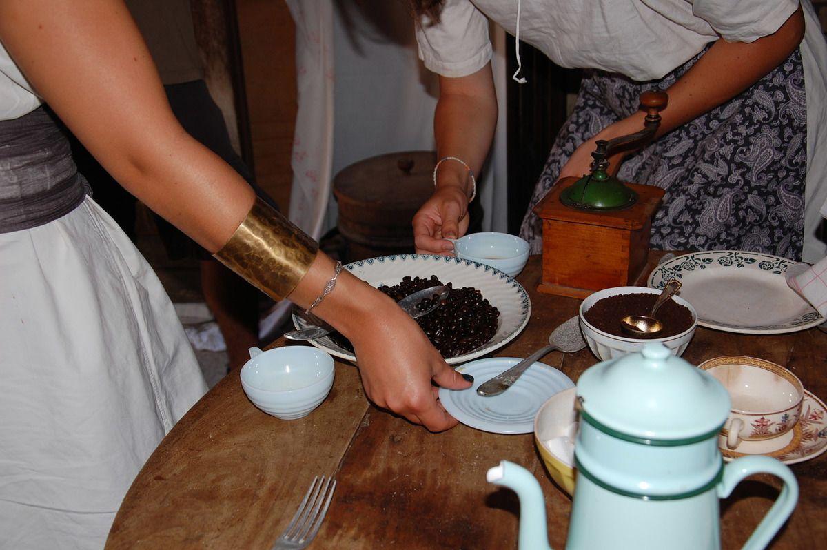La cuisine d'antan, elle est bien belle, et le café à l'ancienne aussi.