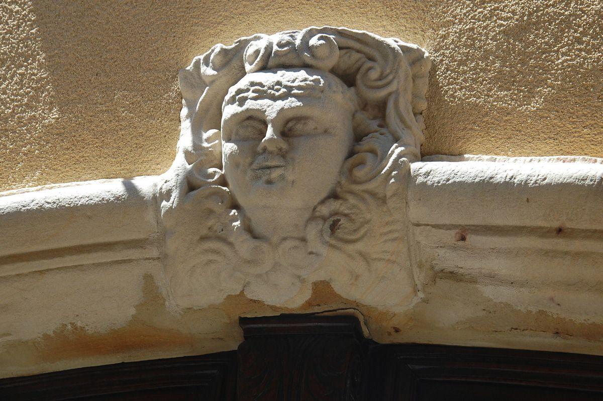 Un sculpture au dessus d'une porte.
