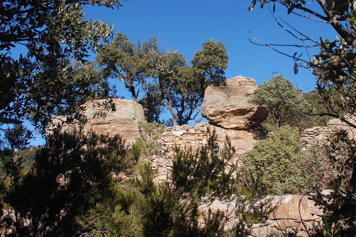 Des rochers et un p'tit abri.