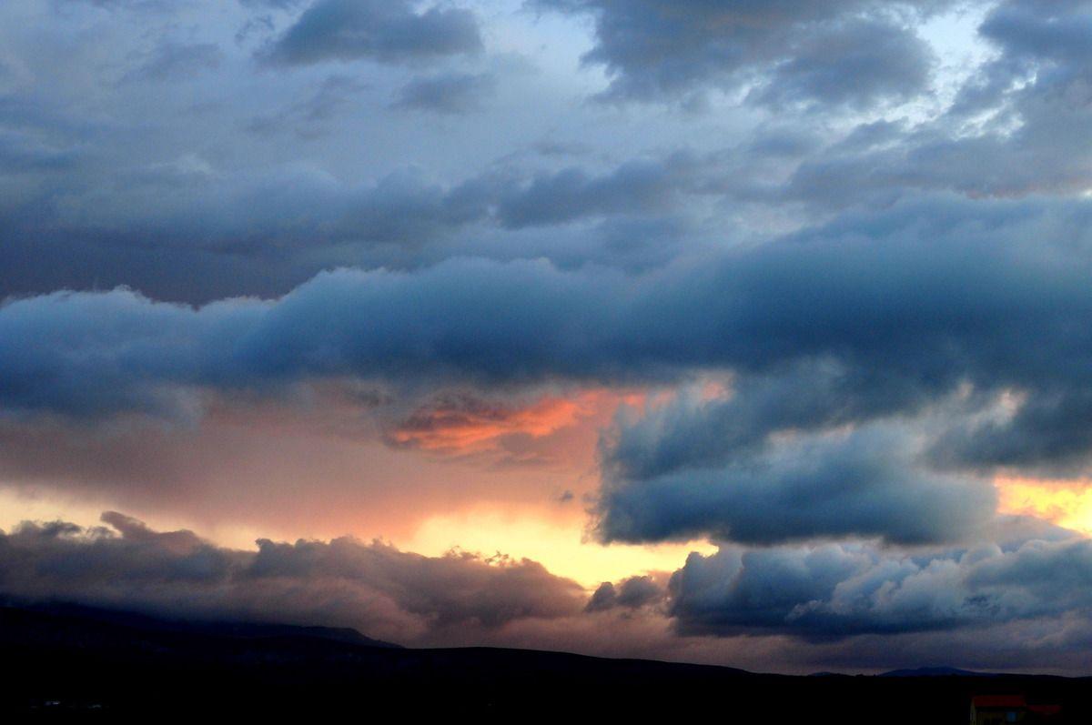 Sur la gauche le ciel est magnifique.
