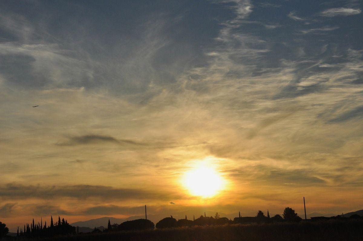 Soleil couchant et un avion passe.