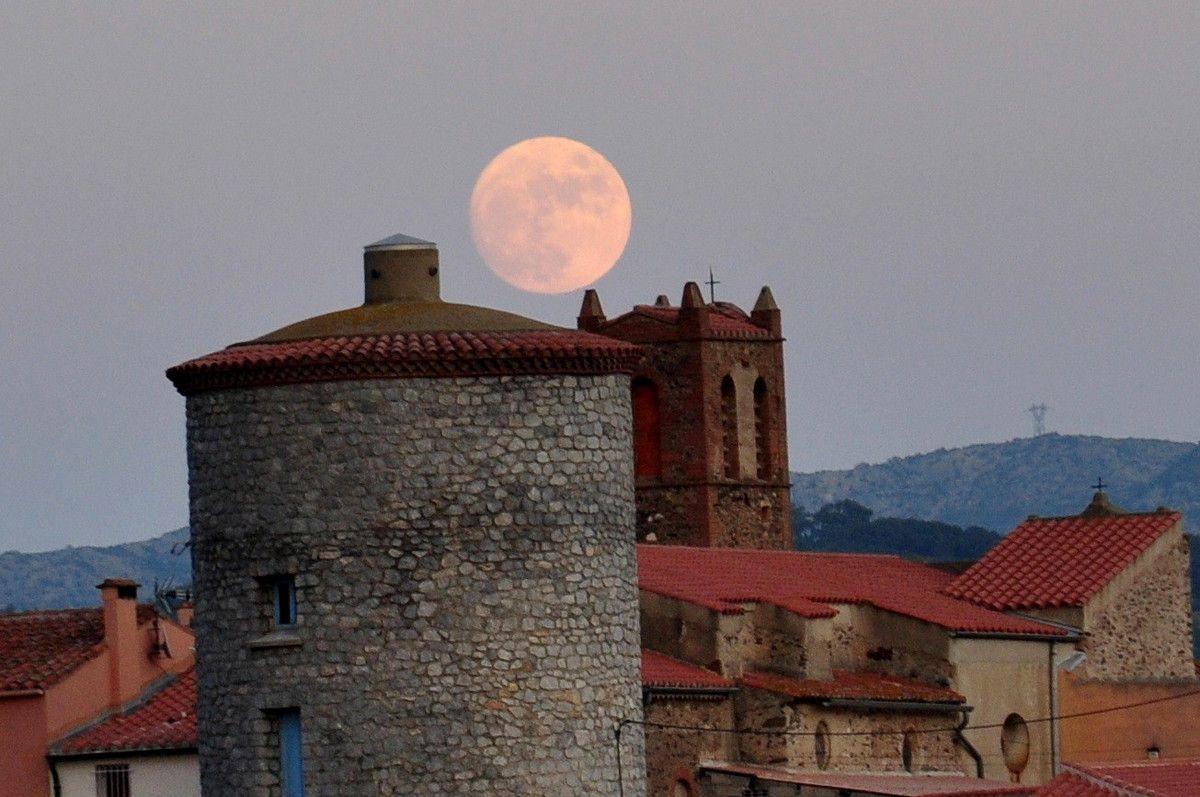 Délicatement la lune c'est posé sur le clocher.