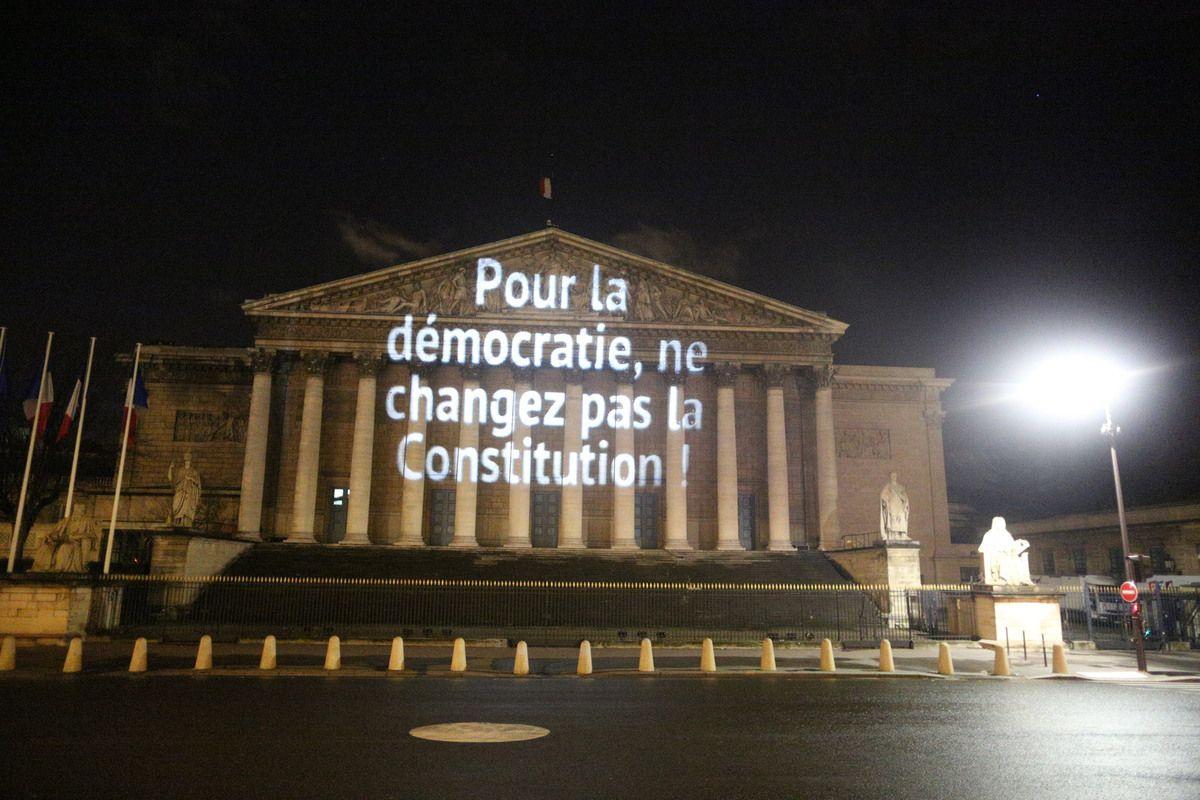 PowerFoule.org projette à l'Assemblée Nationale un message spectaculaire destiné aux députés à quelques heures seulement du vote solennel Crédits photo: Alix Dre & Clément Briend pour PowerFoule.org